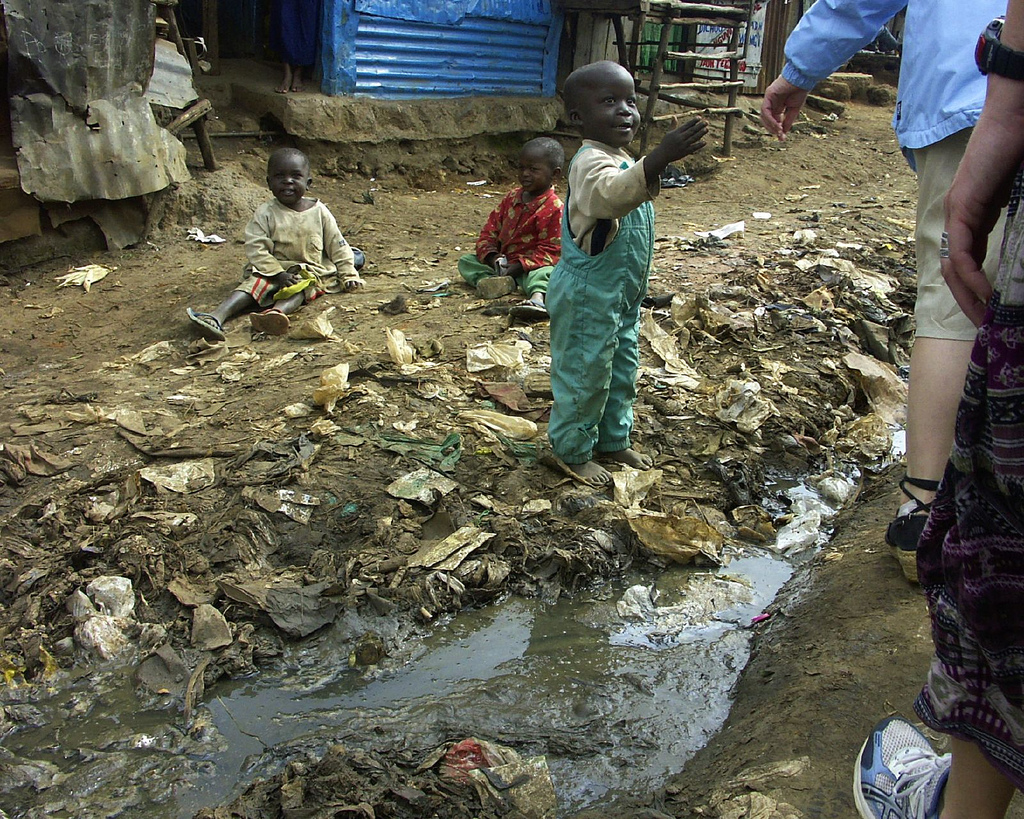 Children_and_open_sewer_in_Kibera